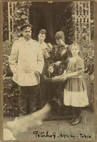 Царь Александр Третий с семьей в последний год жизни в 1894 году.