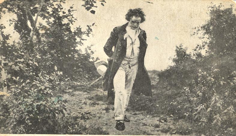 Бетховен на прогулке, по-видимому, сочиняет музыку.