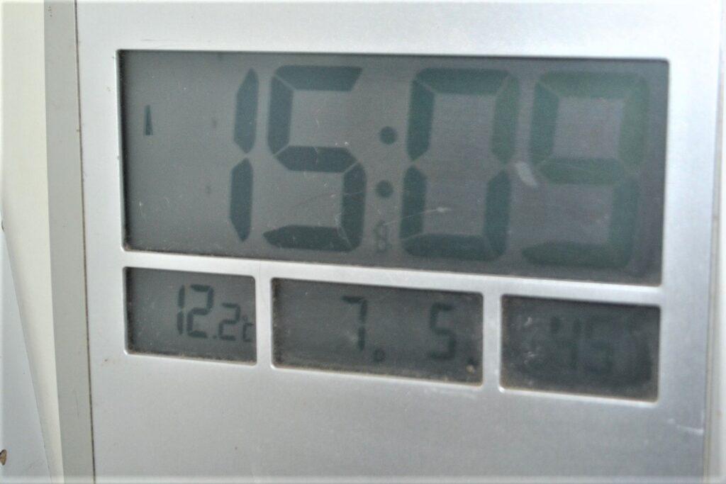 electronic thermometer shows the value of the alcohol thermometer.