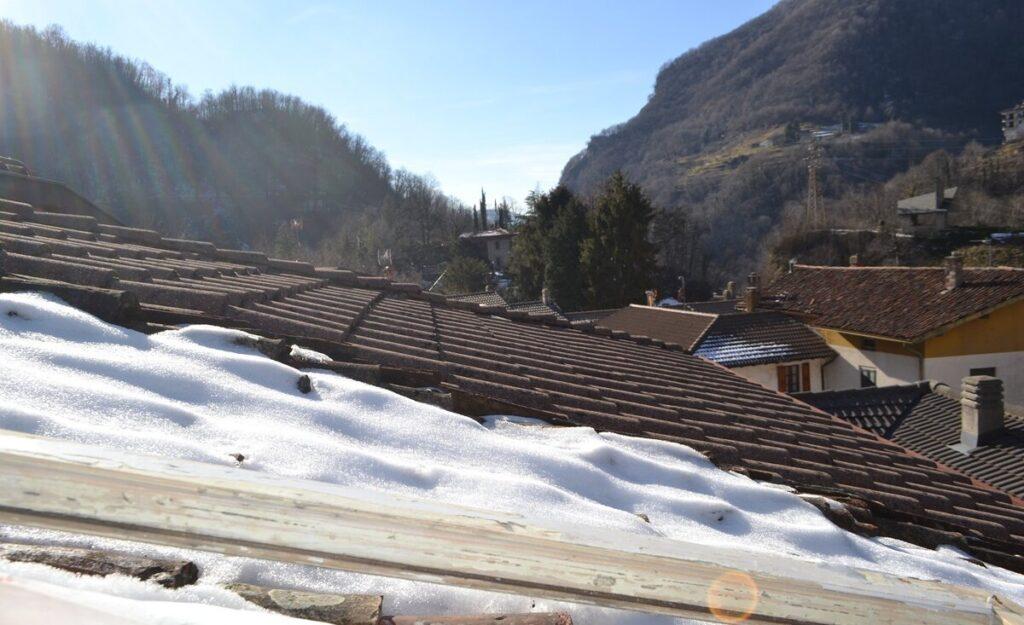 снег на крыше 1